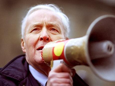 13055 Tony-Benn-megaphone