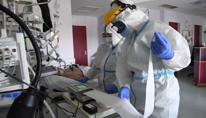 Ápolók dolgoznak egy koronavírussal fertőzött beteg mellett a Szent Imre Egyetemi Oktatókórház COVID részlegén, az intenzív osztályon 2020. április 24-én (Fotó: MTI/Kovács Tamás)