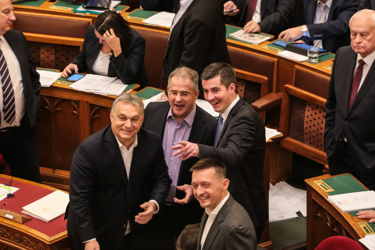 Retteghetnek a jól keresők, Orbán belengette a kétkulcsos adózást