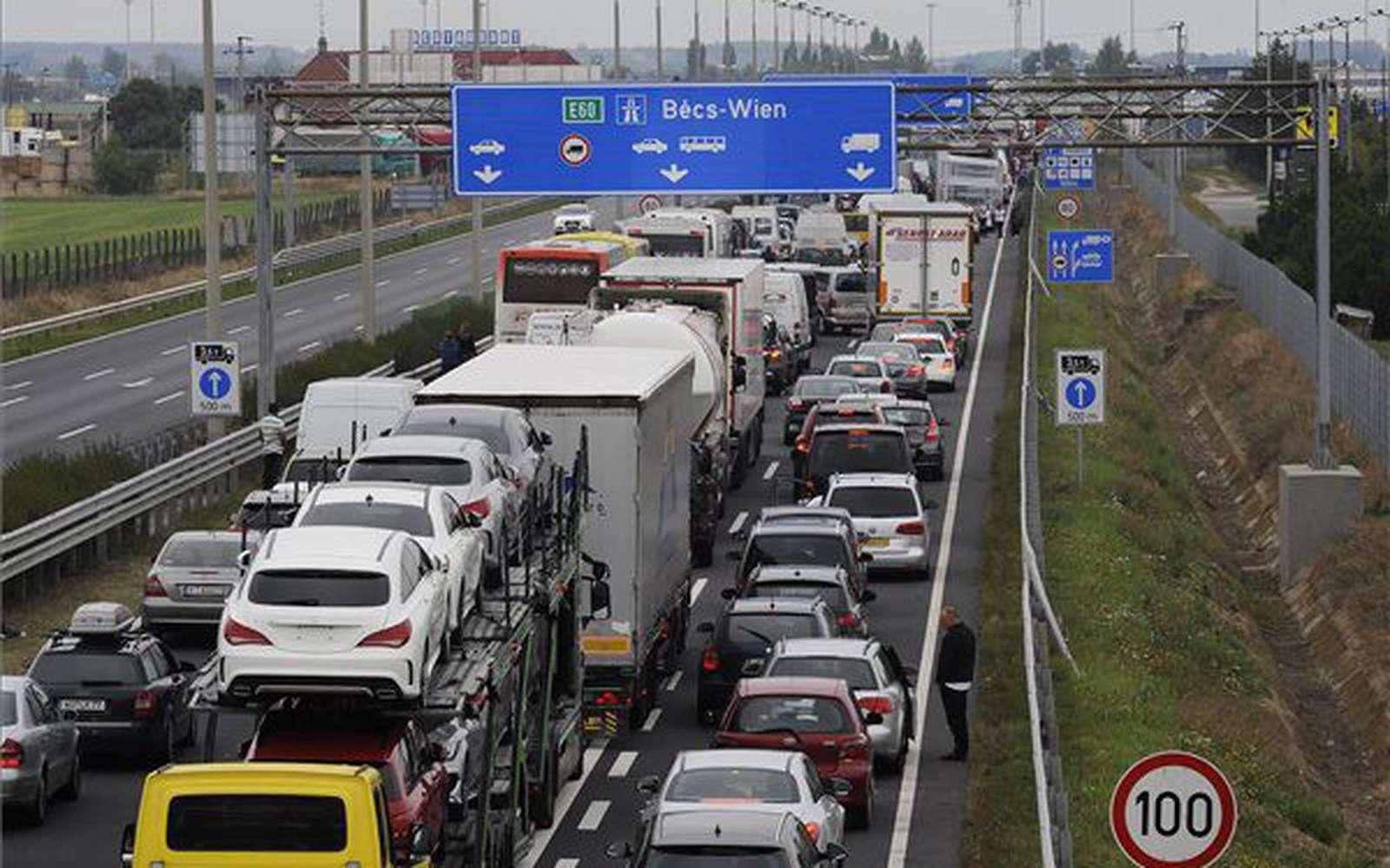 Jönnek az áremelések, kezdik az autósokkal, 5200 forintra emelkedik a megyei autópálya-matrica ára