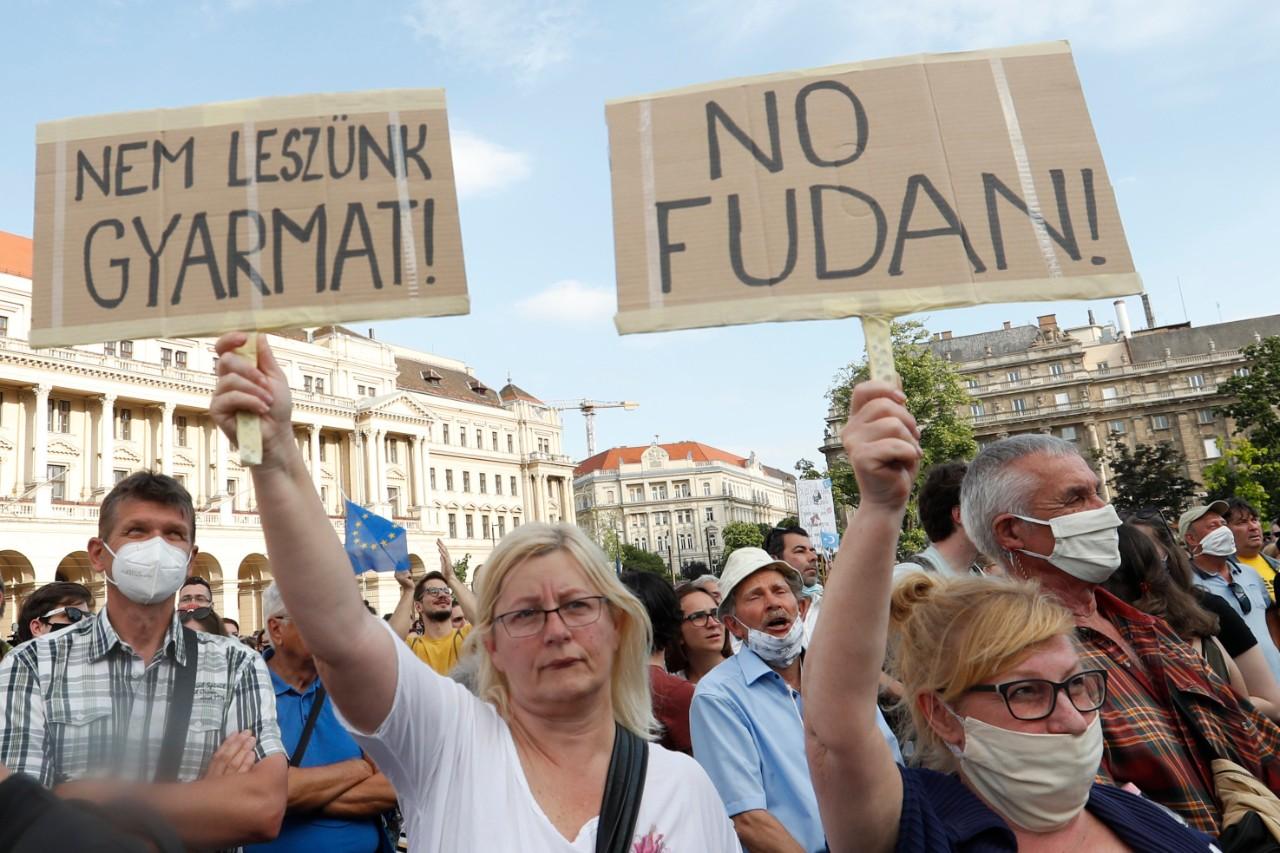 Kihátrál a kormány a Fudan mögül